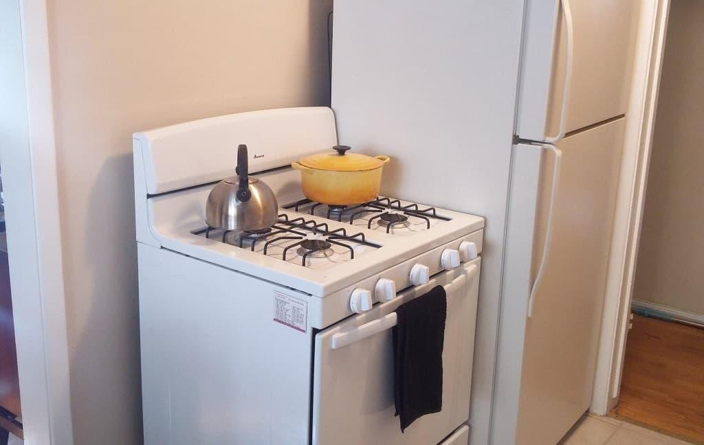 Холодильник возле плиты