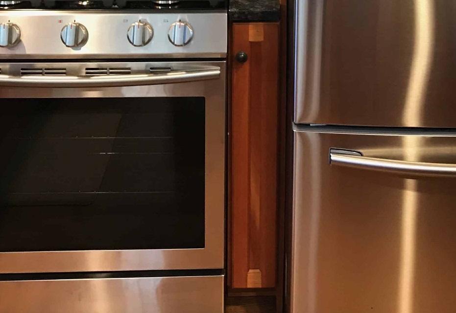 Шкафчик между газовой плитой и холодильником