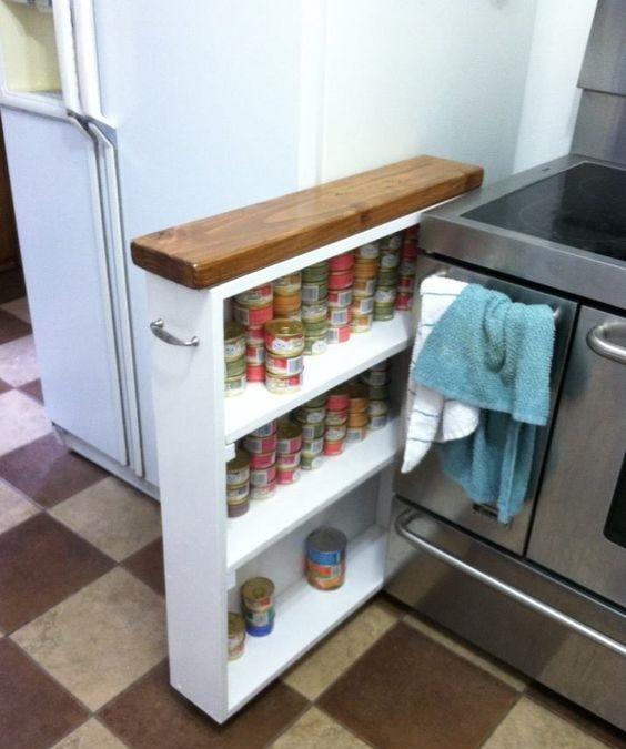 Выдвижная тумба между электрической плитой и холодильником