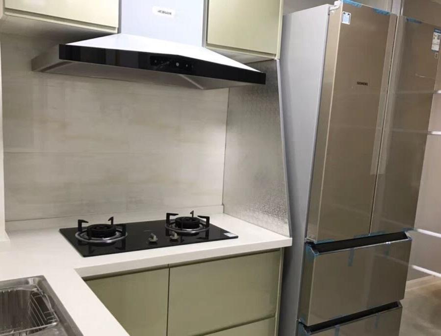 Защита из ДСП, оклеенная фольгой между холодильником и плитой